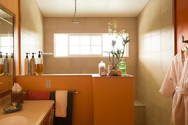Citrus Bathroom Suite at Kalaekilohana Inn & Retreat
